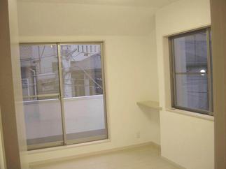 和室から洋室にお部屋のタイプをチェンジ。アイボリーのフローリングがお部屋を広く、明るく感じさせます。