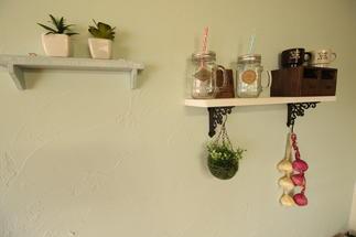 キッチンの反対側の壁にも華を添えてみました