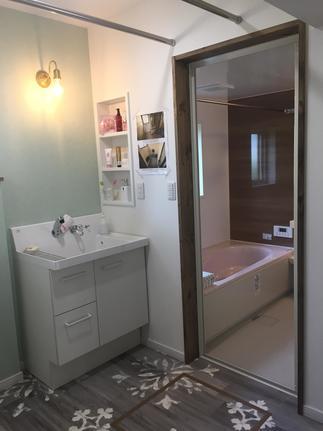 洗面台も可愛らしく、そしてお風呂も新品に入れ替えました