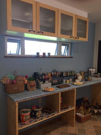 キッチンは無垢の素材で色彩も豊かにコーディネートしました。