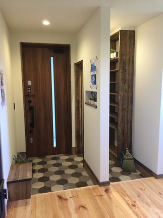シューズクロークも兼ね備えた素敵な玄関になりました。