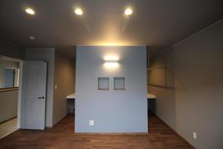 シックな寝室をカラーと照明で演出しています。