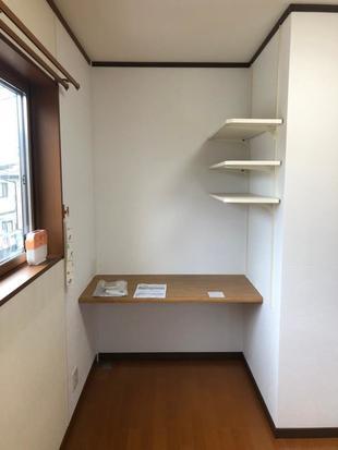 間仕切壁を設置、部屋を2部屋に分けました。