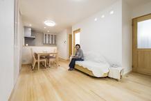 「空気も気持ちいい」自然素材の家、断熱施工し、高性能サッシで暖かく