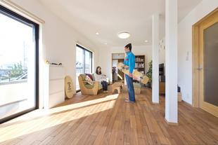 広々LDKに趣味をプラス、子育て家族に優しい自然素材空間