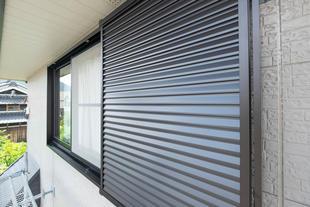 『台風予防の雨戸取付と防犯ガラス』