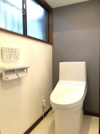 背面アクセントクロスが効いているトイレ空間