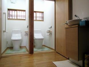 バリアフリーで安心、清潔で快適な明るいトイレ空間