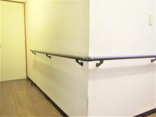 廊下の角も手すりが途切れずジョイント