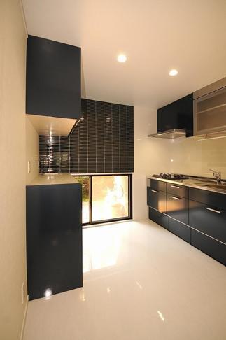 大好きなダークブルーがアクセントのキッチン空間