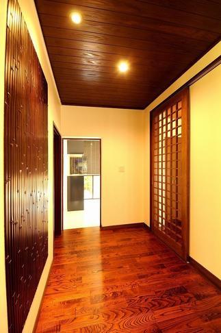 飴色の天然竹と透明ガラスの格子戸