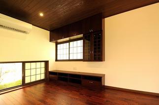 作り付け家具も天然木。窓には和風のインプラスを設置しました