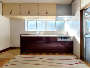 華やかさと気品あるカッパーレッドのシステムキッチン(甲斐市)
