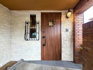 重厚感あるテイストが玄関をよりイメージアップ(昭和町)