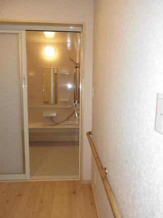 段差が無くなった脱衣室から浴室への動線