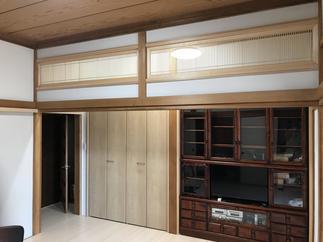 廊下と6帖の和室をつなげて、8帖のリビングにしました。光が入るように、欄間のデザインも工夫しました。