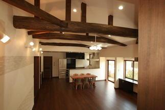 丸太梁とダイニングと対面式キッチン