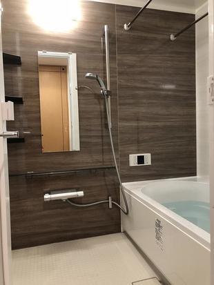木目調の暖かい雰囲気の浴室