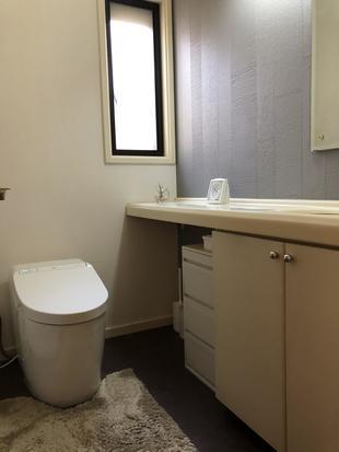 トイレ機能アップ!おしゃれな壁紙でシックな空間に