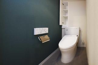 照明とアクセントクロスが映える落ち着いたトイレ