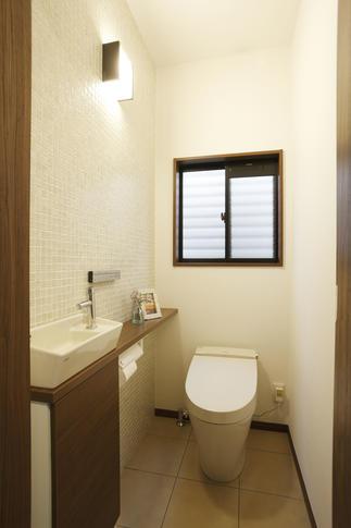 さりげないタイル使いが印象的なトイレ