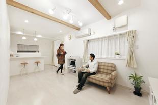 漆喰壁の質感が素敵な白い空間、タイルやアーチで優しさをプラス