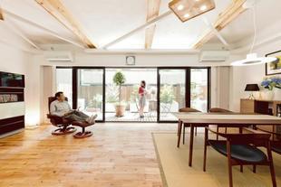 窓を大きく、天井を高く、開放的に漆喰や無垢材の心地よさも満喫。