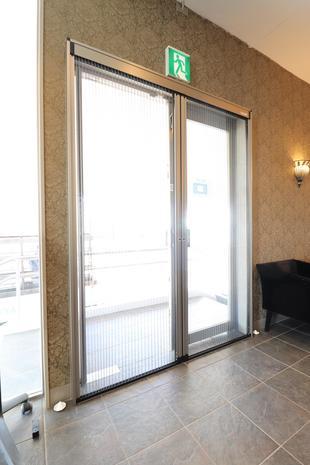 【つくば市】美容室入り口へ網戸設置