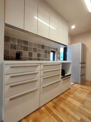 【つくば市】広々としたキッチン収納、タイルの色合いが素敵です。