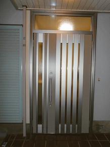 玄関ドアのリフォーム アルミ同色系のリシェントに交換しました