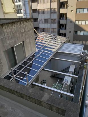 ビルのルーフバルコニーにテラス屋根を設置して利便性UP!
