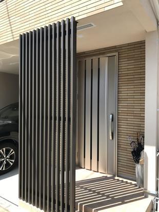 新築戸建て、玄関前をコートラインで目隠し。