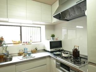 収納たっぷりL型キッチン