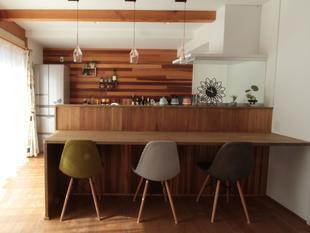 キッチンカウンターが映えるカフェ風なお家