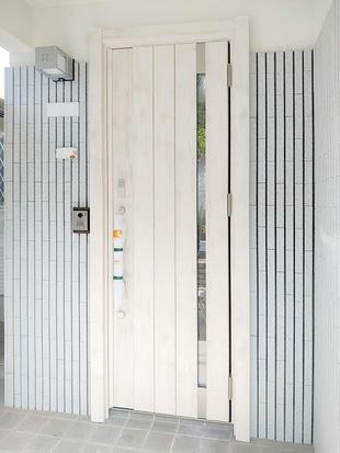 開口部が高く開放的な玄関ドアへ