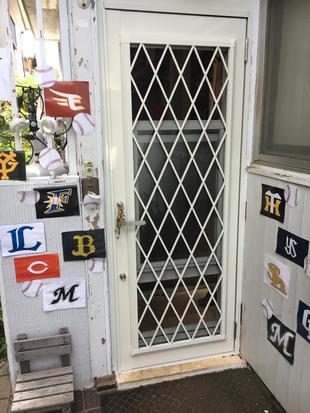 木製のドアをアルミのドアに交換