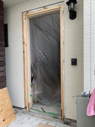 既存玄関ドア撤去