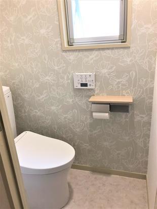 《トイレ》壁紙を変えるだけでトイレが変わる!