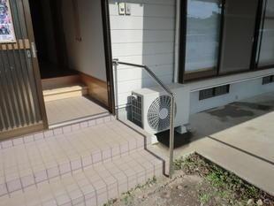 出水市 玄関廻りに手すりと踏み段設置