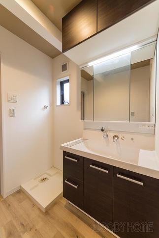 大きな鏡に収納たっぷりで使いやすい洗面化粧台