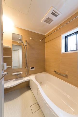 サウナをイメージした木目調の浴室
