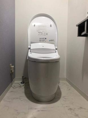 千葉市中央区 アクセントを効かせた壁紙でモダンなトイレ空間へ