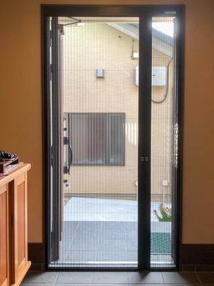 静岡いい家いい笑顔 風通しの良い家に!玄関ドアの網戸取付