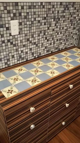 愛着のある食器棚。天板のタイルはそのままに全面を化粧して壁にもタイルです、実は取っ手も再利用。