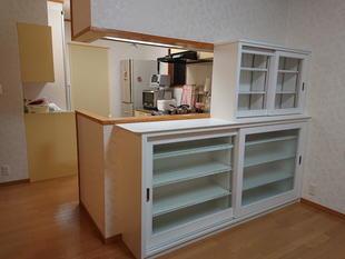 キッチンのカウンターに収納棚を増やして、収納力バツグンに!!