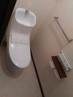 トイレ~シャワーが出てくる大きく深い手洗器~